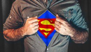 super héros (sous sa chemise)